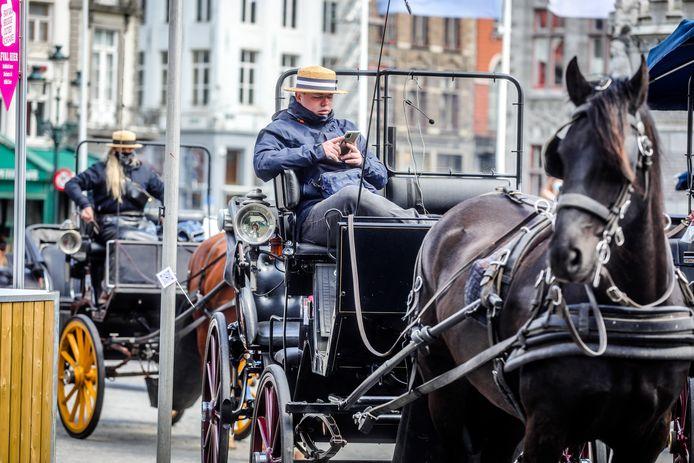 De koetsen in Brugge rijden terug uit.