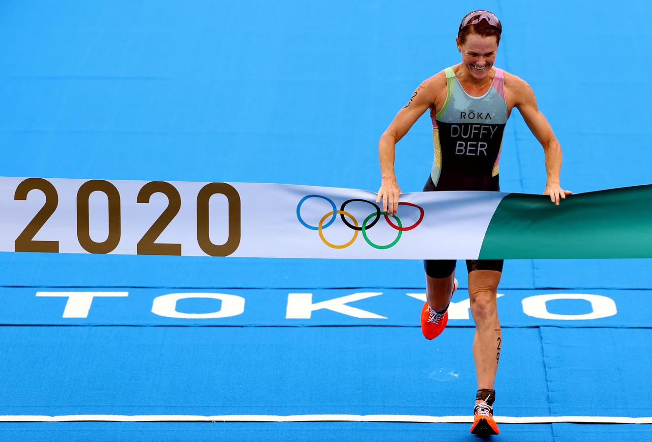 Flora Duffy wint de olympische triatlon.