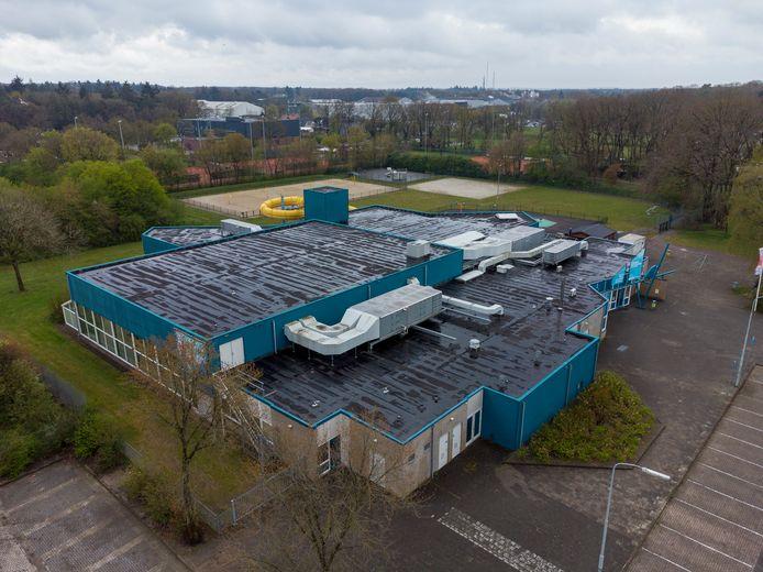 Het platte dak van zwembad De Veldkamp blijft voorlopig leeg. Een discussie over zonnepanelen wil de gemeenteraad pas voeren als er meer duidelijk is over de toekomst van het verlieslijdende bad.