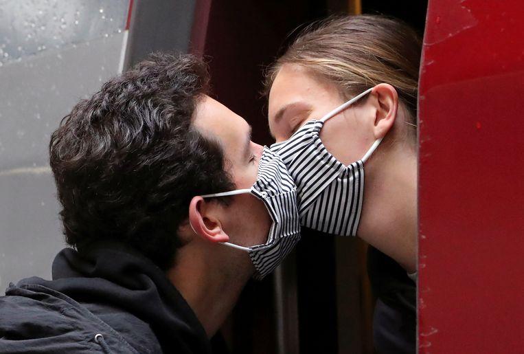 Een Frans stel kust elkaar op het station van Parijs, nadat zij twee maanden in lockdown in Brussel heeft gezeten. Beeld REUTERS