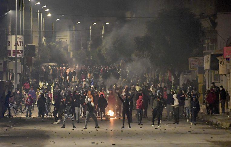 Protesterende jongeren blokkeerden deze week een straat in een voorstad van Tunis. Beeld Fethi Belaid/AFP