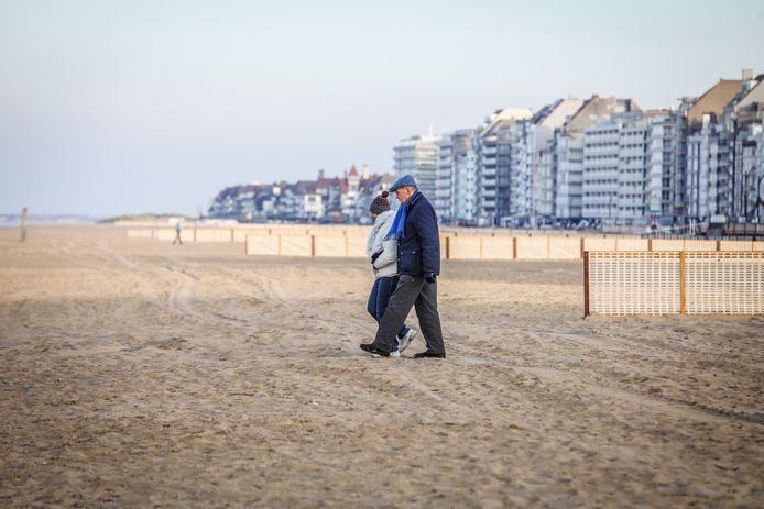 Wandelen op het strand in de winter te Knokke