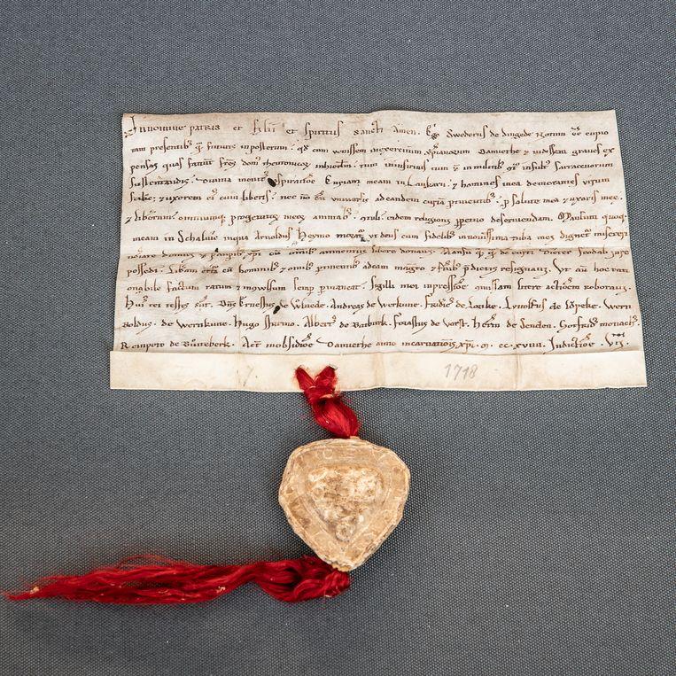 De oudste akte van een schenking aan de Ridderlijke Duitsche Orde. Beeld Harry Cock / de Volkskrant