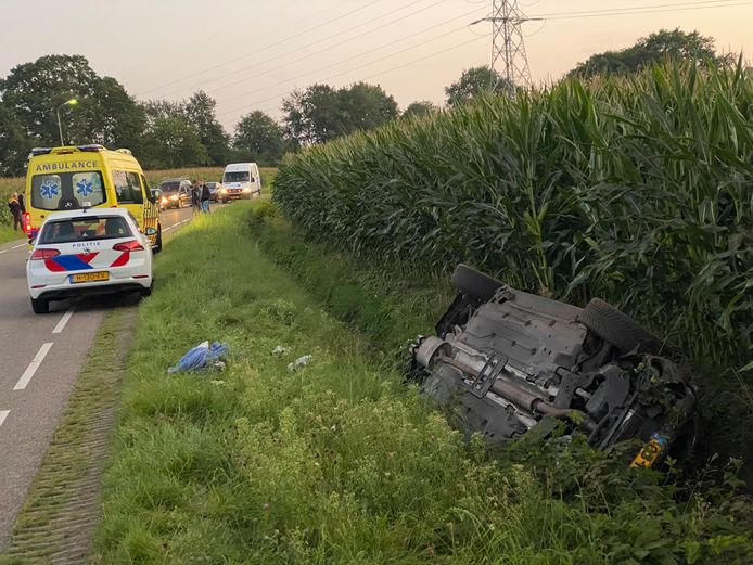 De auto op zijn kop na het ongeluk in Putten.