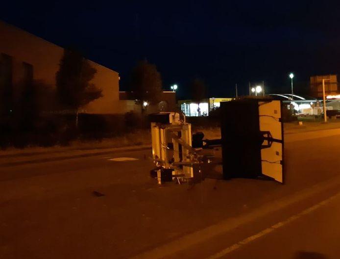 De jongeren richtten diverse vernielingen aan. Ook lag er een testkar op zijn kant midden op de weg.