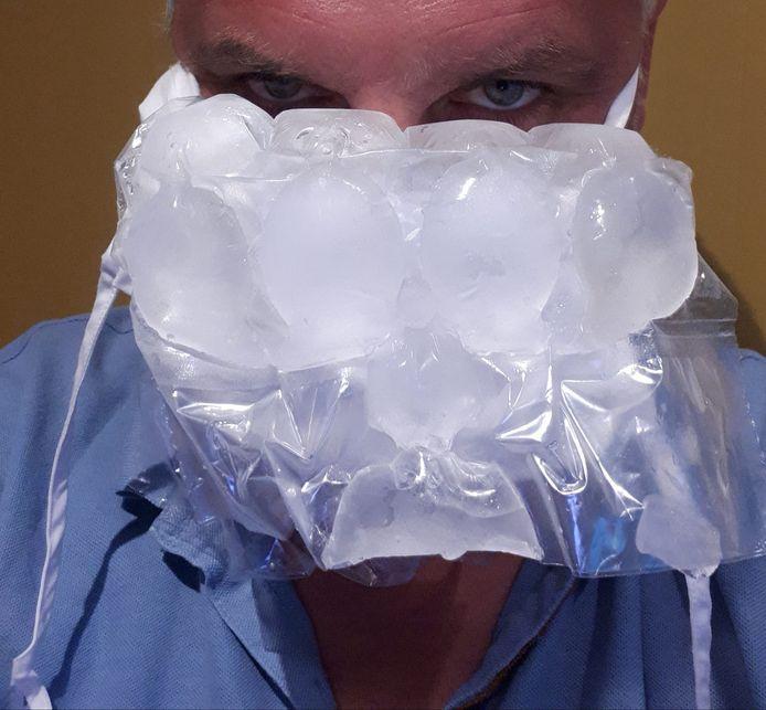 Jeroen Ooms met humor. Verkoeling zoeken tijdens de hittegolf in de zomer van 2020, met mondmasker.