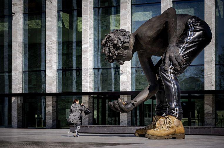 Het voorplein van de fonkelnieuwe rechtbank in Amsterdam, met daarop een sculptuur van de Amerikaanse kunstenaar Nicole Eisenman. Beeld ANP