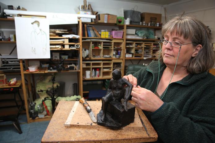 Monique Bosch aan het werk in haar atelier in de Hoven.Ze is één van de kunstenaars die meedoet aan de wintereditie van het landelijke atelierweekend.