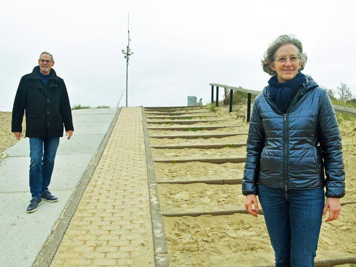 Projectleider Mariëlle van Dijk en wethouder Peter Ploegaert op een van de strandopgangen die aangepakt gaan worden. De opgang wordt breder en beter toegankelijk.
