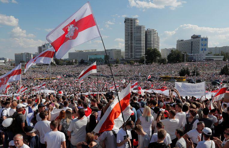 Op zondag verzamelde veel demonstranten op het centrale plein van Minsk. Beeld REUTERS