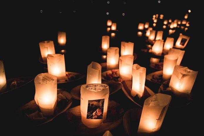 Op de herdenking in het Rivierenhof in Deurne kwamen zo'n 1.500 mensen samen om een bootje met een lichtje op het water te laten.