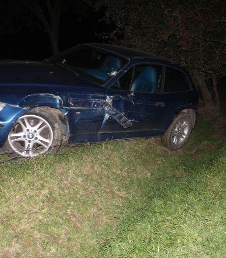 Auto belandt in greppel bij Baak, bestuurder mogelijk gevlucht