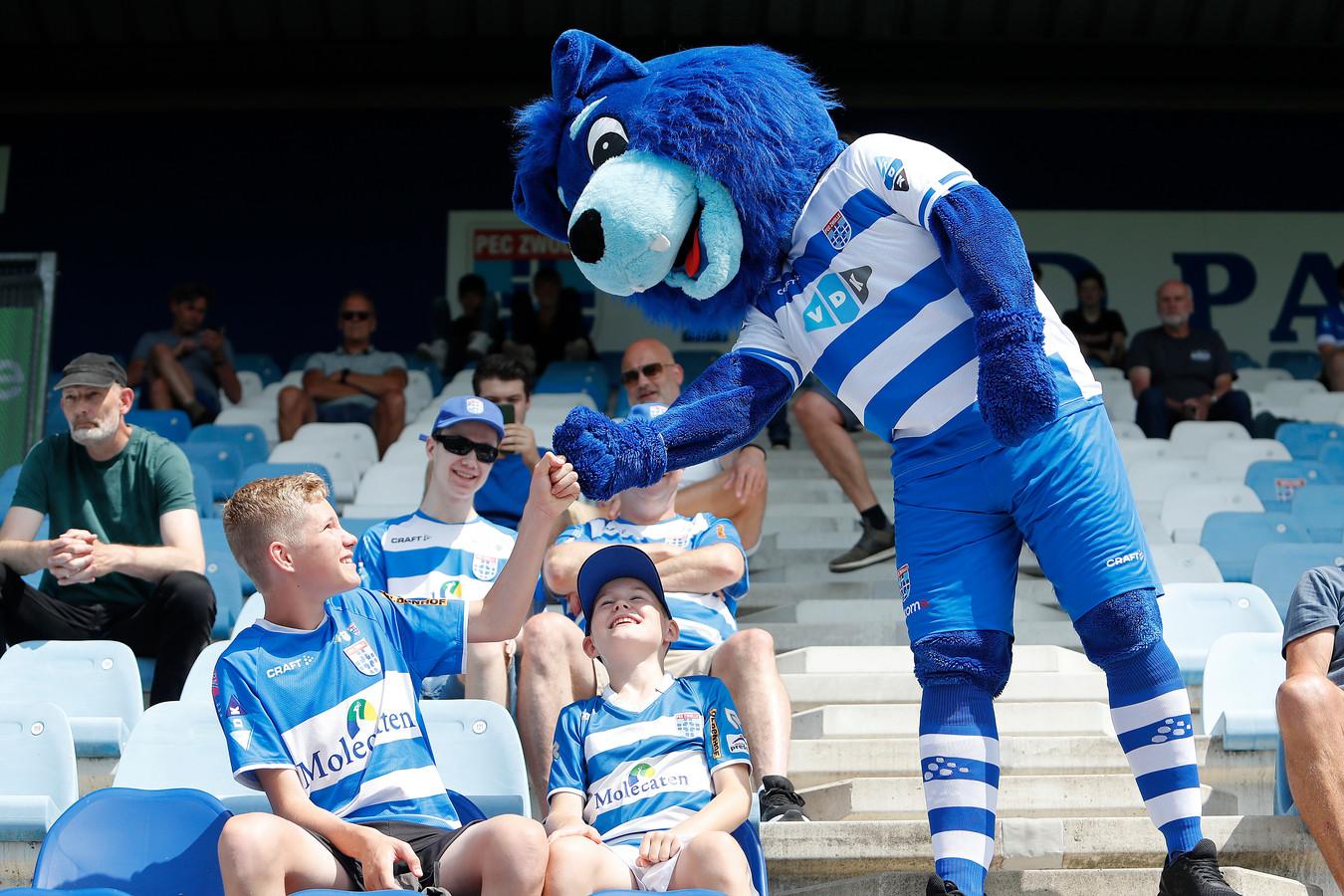 Mascotte Zwolfje peilt de stemming op de Fred Patrick-tribune, waar na lange tijd weer eens supporters van PEC Zwolle zitten.