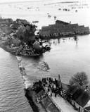De watersnoodramp in 1953 bij Alblasserdam, bij de dijk naar Papendrecht.