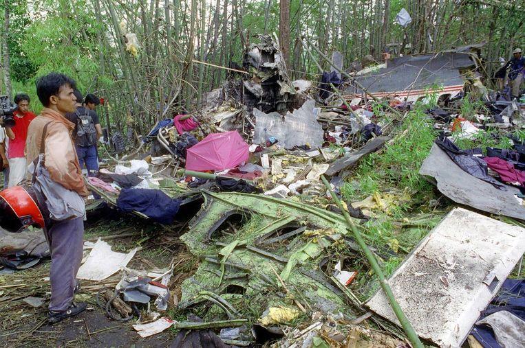 Inwoners uit de omgeving bekijken de schade van het gecrashte Lauda-vliegtuig op 27 mei 1991 in Suphanburi, Thailand. Beeld afp