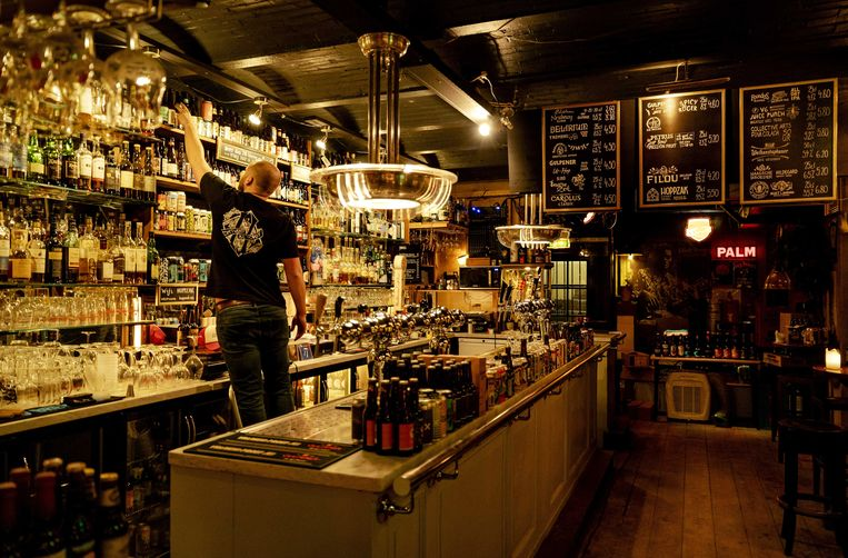 Cafe Hoppzak is gesloten maar verkoopt nu speciaalbier als winkel. Horecazaken moeten vanwege het coronavirus nog steeds hun deuren gesloten houden. Beeld ANP