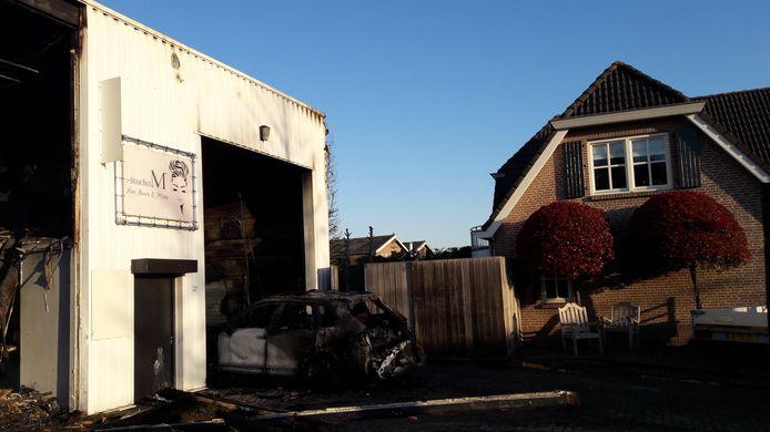 Een bedrijfsloods met daarin ook kapsalon Studio M aan de Watermolenstraat in Roosendaal brandde in de nacht van donderdag op vrijdag uit. Het naastgelegen woonhuis van de familie Korsmit bleef gespaard.