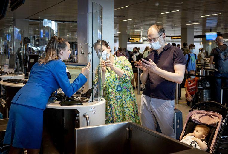 Een incheckbalie van KLM op Schiphol Airport. Nu de coronamaatregelen steeds meer worden versoepeld of komen te vervallen, verwacht de luchthaven deze zomer een stijgend aantal reizigers.  Beeld ANP