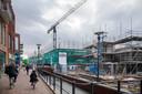 De bouw van stadswoningen en appartementen in Veenendaal. Rechts vordert de bouw van op het stadsstrand, op de achtergrond verrijst De Twist.
