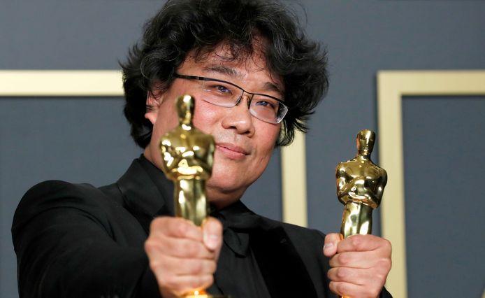Regisseur Bong Joon Ho met zijn Oscars voor beste film en beste regie voor 'Parasite'. De Zuid-Koreaanse film was de eerste niet-Engelstalige film ooit die de Oscar voor beste film kreeg.