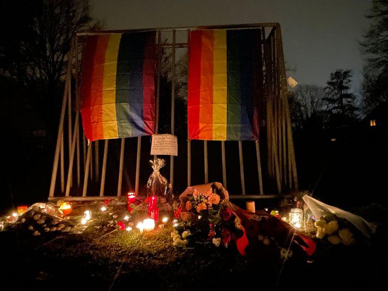 Sympathisanten hingen regenboogvlaggen op en legden bloemen neer in het park Hof ter Welle in Beveren waar David Polfliet vermoord werd.  Beeld BELGA