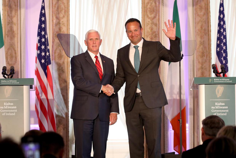 De Ierse premier Leo Varadkar (R) ontvangt de Amerikaanse vicepresident Mike Pence (L) in Dublin, eerder deze week. De uitspraken van Pence over de brexit veroorzaakten de nodige ophef in Ierland.