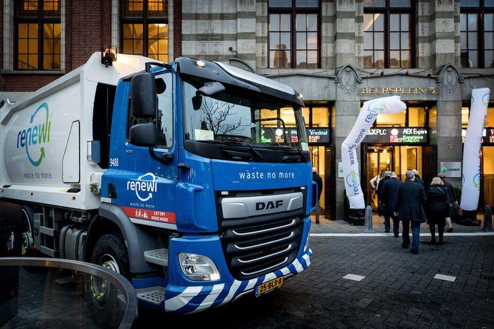 Start van de beursnotering van Renewi in Amsterdam.  Een vrachtwagen van de afvalverwerker parkeert bij het gebouw van de effectenbeurs.