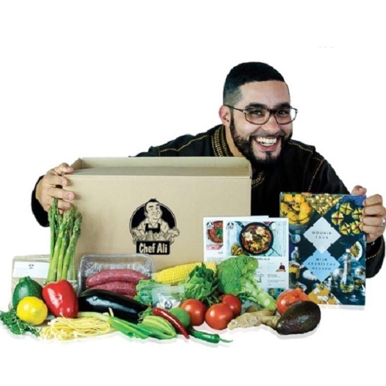 Tv-kok Mounir Toub met een halal maaltijdbox. Beeld