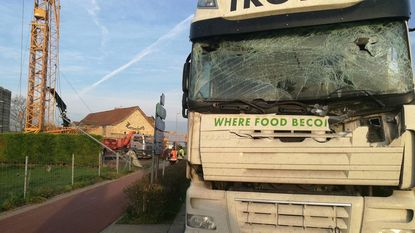 Hijskraan helt over, trucker kan botsing niet vermijden: kraanman kritiek