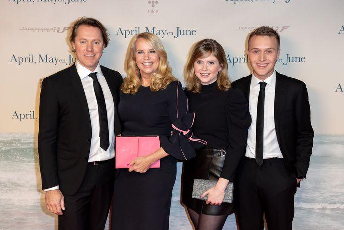 Linda de Mol met partner Jeroen Rietbergen en kinderen Noa Vahle en Julian Vahle.