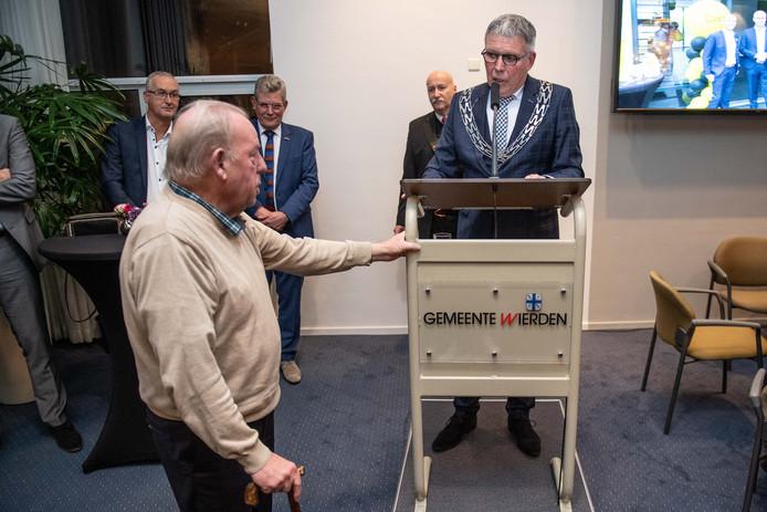 Johan Altena (links) is al vele jaren actief voor de Oudheidkamer Enter.