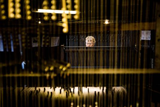 Auke de Boer, beiaardier in Groningen, achter het klavier van het zwaarste instrument ter wereld.