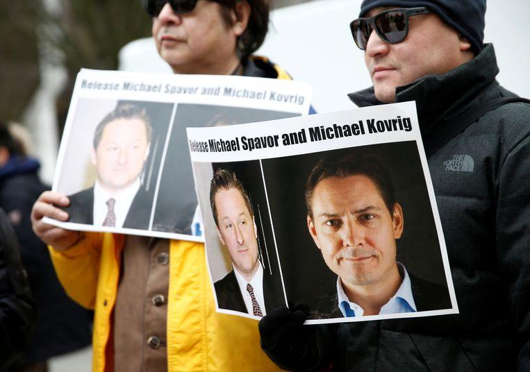 Demonstranten roepen China op tot vrijlating van de twee Canadezen Michael Kovrig en Michael Spavor, bij de rechtbank in Vancouver waar Huawei-topvrouw Meng Wanzhou wordt gehoord.  Beeld Reuters