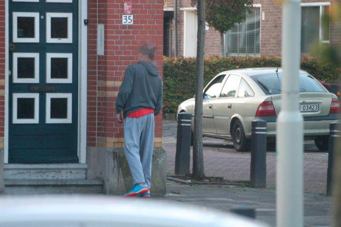overlast van bezoekers Poolse supermarkt in Gastelseweg Roosendaal, deze man plast tegen de gevel van een woning