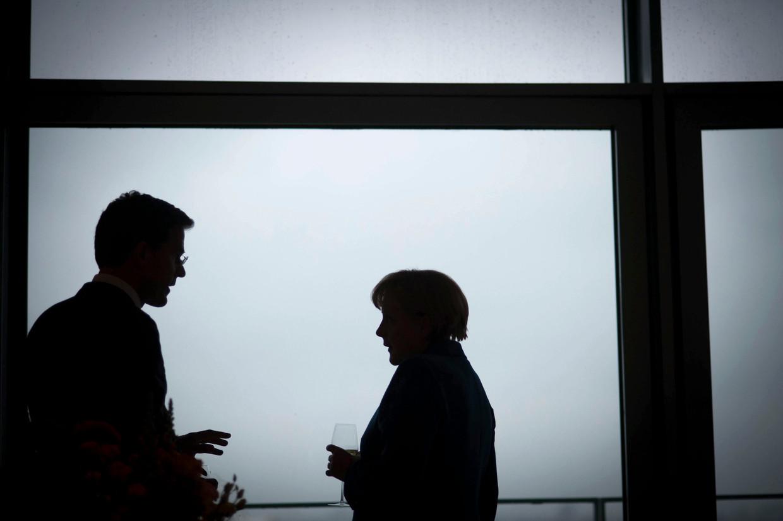 Merkel en Rutte overleggen tijdens een top in 2012.