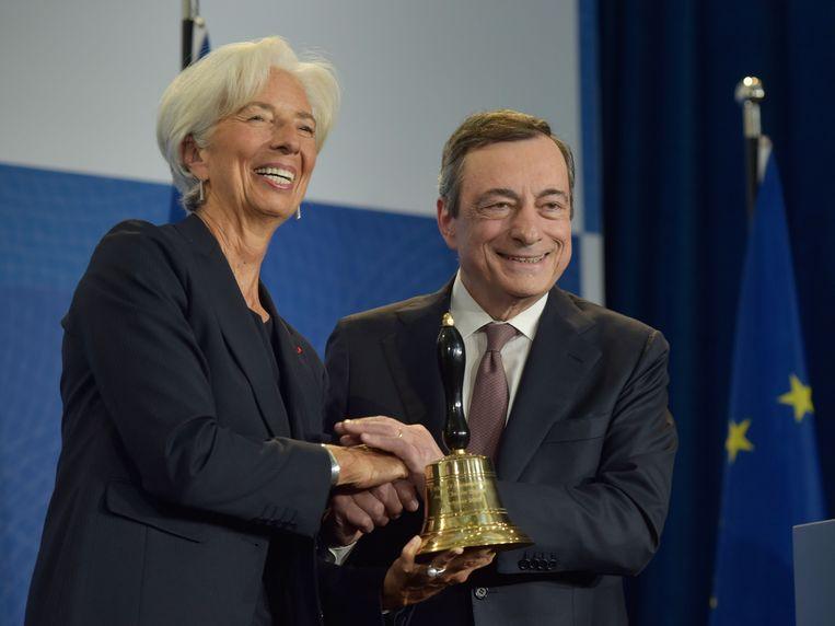 Mario Draghi geeft de bel door aan zijn opvolger Christine Lagarde op het ECB-hoofdkantoor in Frankfurt. Beeld EPA