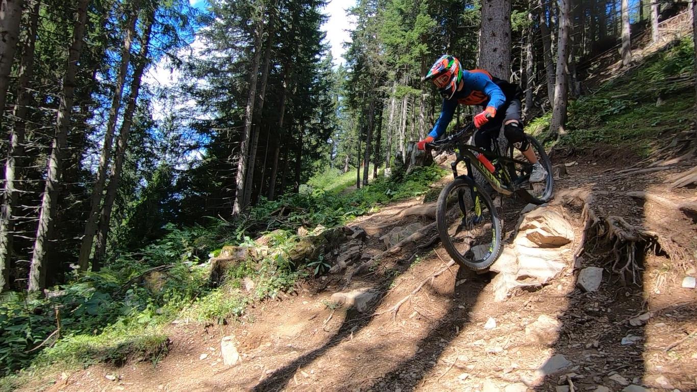 Marin Paanakker aan het downhillen in de Zwitserse Alpen in Bikepark Lenzerheide.