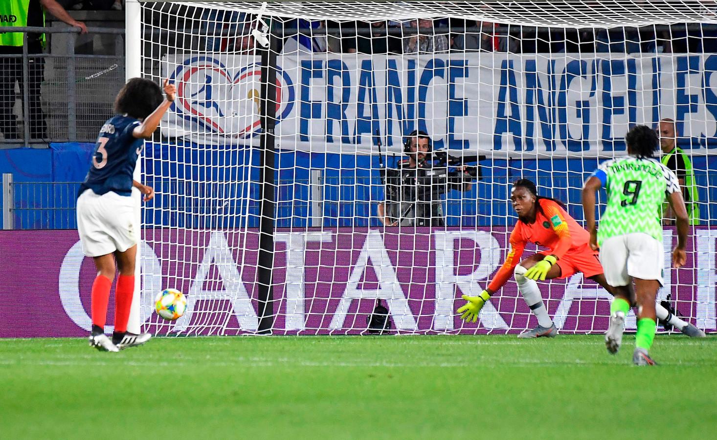 Wendie Renard (l) mist een penaly tegen Nigeria, maar mag op advies van Makkelie opnieuw aanleggen omdat de Nigeriaanse keeper te vroeg beweegt.