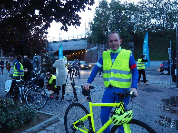 AXA en de Fietsersbond deelden donderdagochtend fietslampen en speculaasjes uit op het Ontvoeringsplein in Mechelen. CEO van AXA Jef van In.