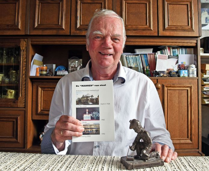 Chris van Sabben met zijn boek 'De 'Mannen' van Staal'.