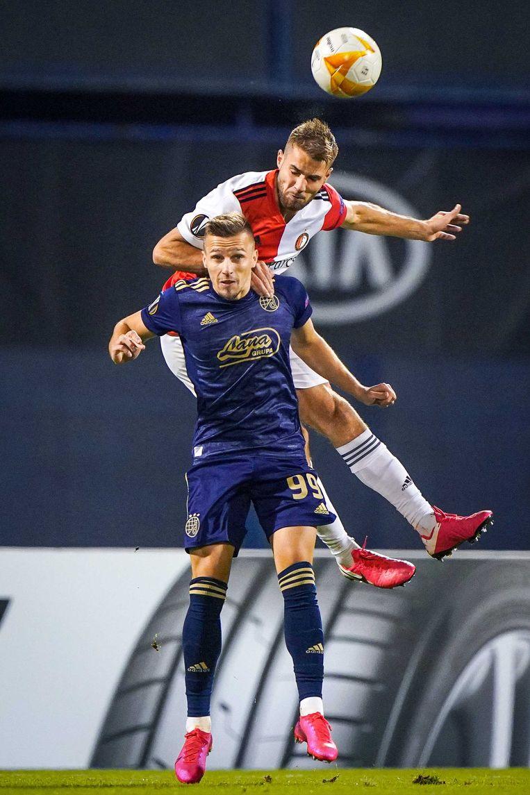 Mislav Orsic van Dinamo Zagreb in duel met Bart Nieuwkoop van Feyenoord. Beeld ANP