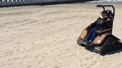 Rolstoelgebruikers sjezen over strand tijdens allereerste Europese strandrolstoelbeurs in Blankenberge