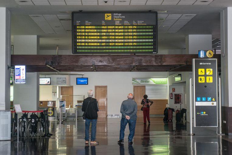 Toeristen kijken naar een informatiebord op Lanzarote.
