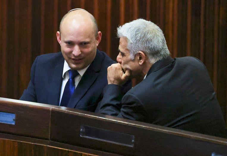 Coalitiegenoten Naftali Bennett (links) en Yair Lapid hopen een einde te kunnen maken aan het regime van Netanyahu. (02/06/2021) Beeld AFP
