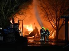 Uitslaande brand verwoest schuur in Waarde