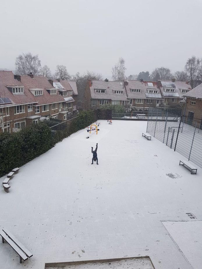 Op de Bakenbergseweg in Arnhem konden ze niet wachten op de eerste sneeuwvlokken.
