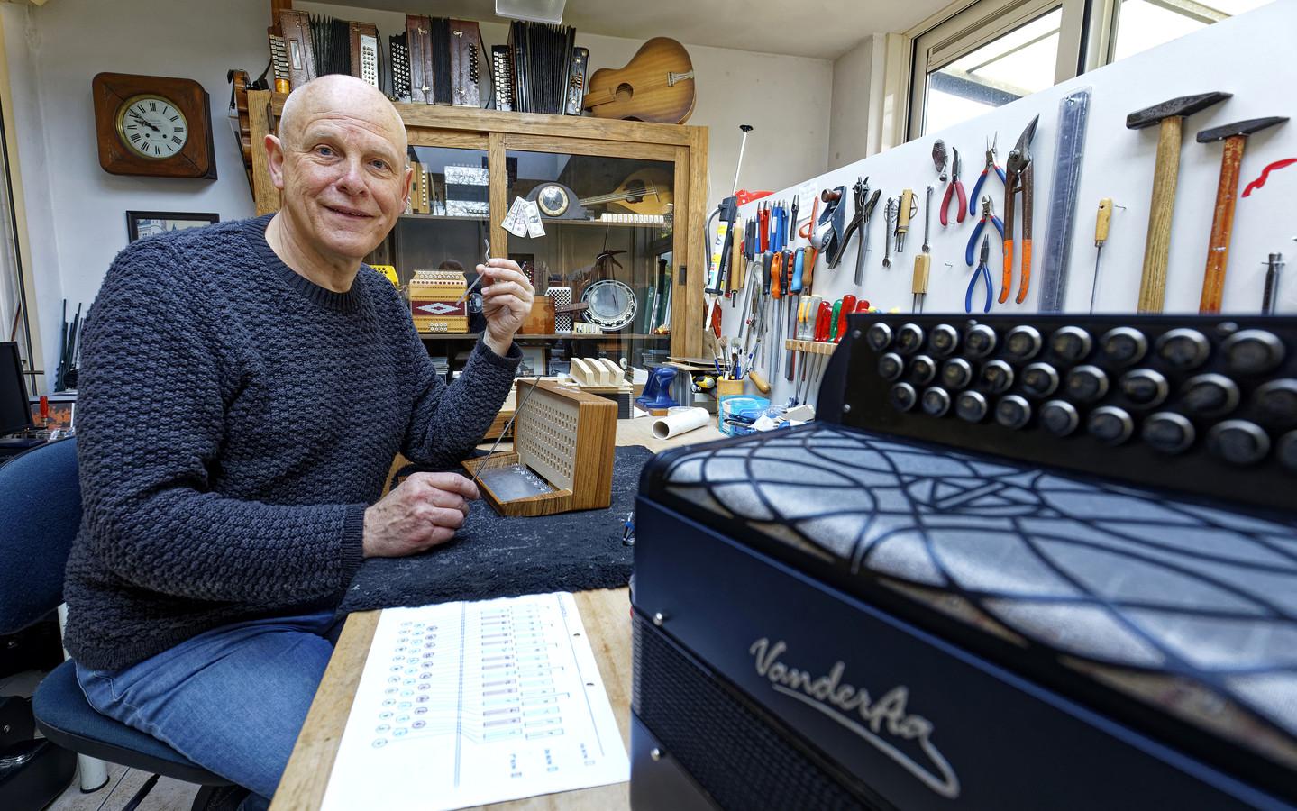 De Boxtelse accordeonbouwer Frans van der Aa aan de slag in zijn werkplaats.