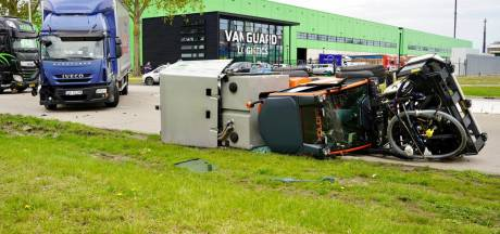 Botsing tussen vrachtwagen en onkruidbestrijder in de Botlek; bestuurder naar ziekenhuis