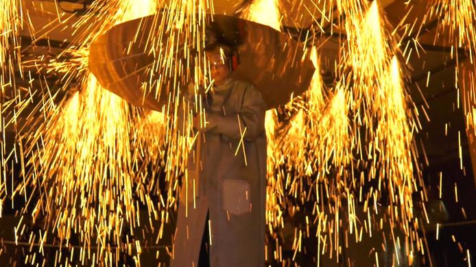 Bezoeker Marijn loopt door de regenbui van vuur in het Veemgebouw op Strijp S.