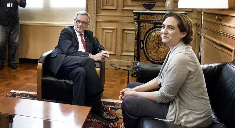 Ada Colau ontmoet zittend burgemeester Trias in het stadhuis van Barcelona. Met haar overwinning op de gemeenteraadsverkiezingen vorig weekend werd de activiste het boegbeeld van een nieuwe politieke generatie. Beeld Eric De Mildt